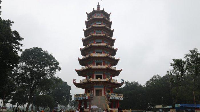 Pengunjung menikmati suasana di sekitar Pagoda Pulau Kemaro, beberapa waktu lalu. Pulau Kemaro adalah salah satu destinasi wisata Kota Palembang.
