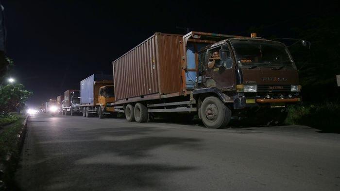 Berita Foto : Truk Mitsubishi Fuso Antri Bongkar Muat di Pelabuhan Boom Baru Palembang
