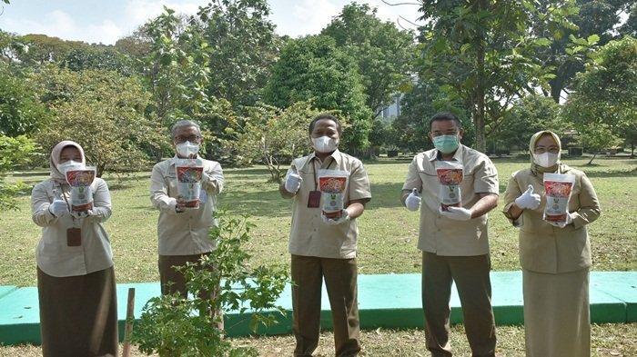 Direktur Utama PT Pusri Palembang beserta jajaran pimpinan mengangkat salah satu pupuk tanaman