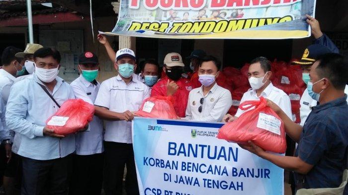 Sebagai bentuk kepedulian kepada korban banjir di Kabupaten Pati Jawa Tengah, PT Pupuk Sriwidjaja Palembang (Pusri) mendistribusikan bantuan kepada warga desa di Kecamatan Jakenan Pati pada Rabu (04/02/2021).