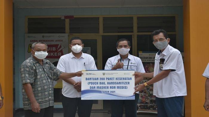 PUSRI Serahkan 200 Paket Kesehatan ke Warga Kelurahaan Sungai Buah
