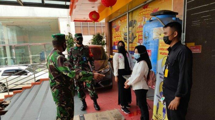 3 Babinsa Koramil Sukarami Ingatkan Pengunjung Toko Patuhi 3 M