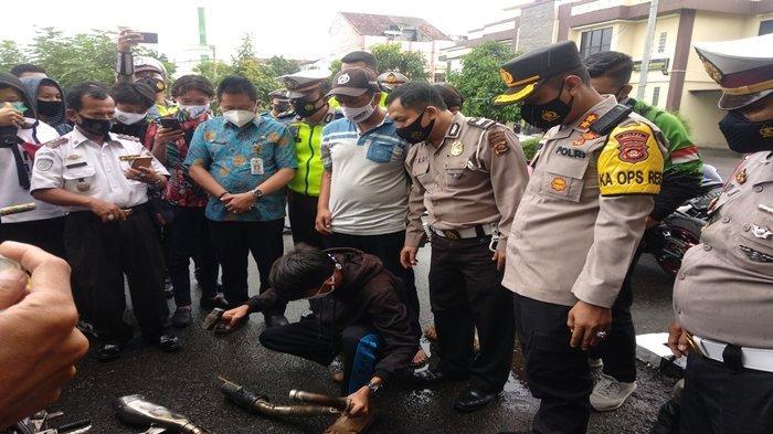 Berat Hati, Pria Ini Hancurkan Knalpot Racing Motornya Sendiri di Halaman Kantor Polisi