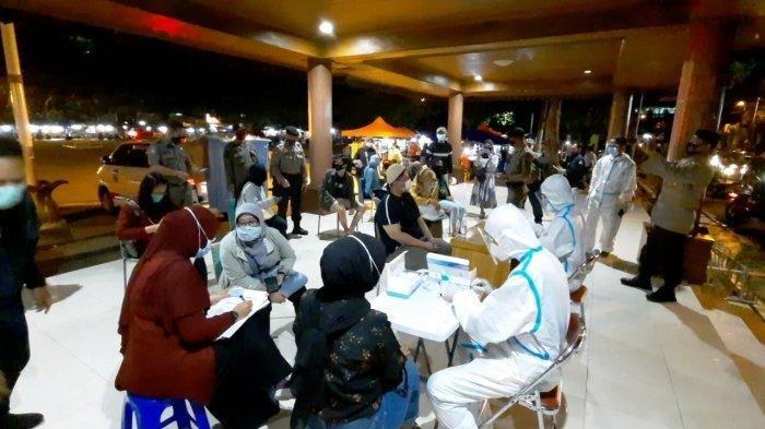 Petugas dari unsur tiga pilar Kecamatan Bekasi Selatan mengadakan kegiatan rapid test massal di Alun-alun Kota Bekasi, Sabtu (12/12/2020) malam. Kapolsek Bekasi Selatan Kompol Imam Syafi'i mengatakan setelah pada pekan lalu dilakukan di Kelurahan Jakasetia, kegiatan rapid test massal kali ini diadakan di Kelurahan Marga Jaya.