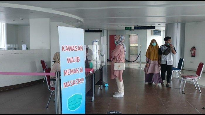 Sejumlah penumpang mengantre untuk melakukan rapid test antigen di Bandara SMB II Palembang, Kamis (29/4/2021)