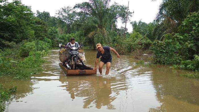 Cerita Sadam Raup Ratusan Ribu dari Banjir di Rawas Ilir Muratara