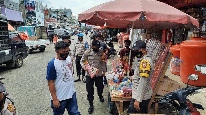 Dengar Warga Terganggu Saat Tarawih, Kapolsek Turun Tangan Langsung: Sita Ratusan Bal Petasan