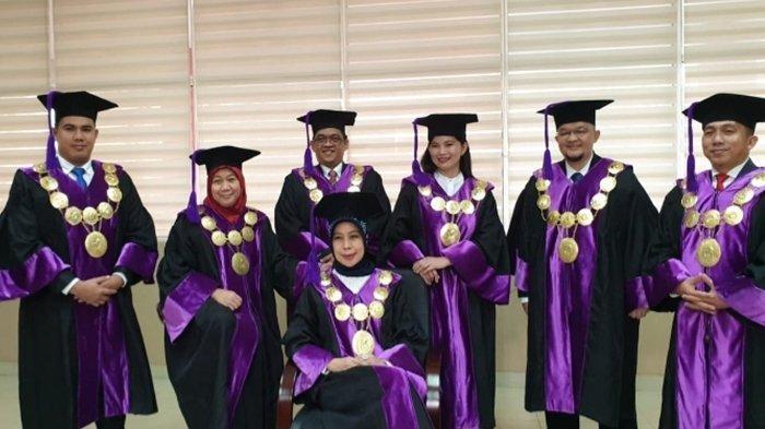 Rektor UBD Sunda Ariana bersama lima Wakil Rektor (Warek) tersebut yakni M. Izman Herdiansyah, S.T., M.M., pH.D., sebagai Wakil Rektor Bidang Akademik, Dr. Edi Surya Negara, M.Kom, Wakil Rektor Bidang Riset, Inovasi, dan Teknologi. Kemudian, Warek Bidang Kemahasiswaan, Alumni, dan Kerja Sama yakni Bapak H. Hendri Zainuddin, S.Ag., S.H. Warek Bidang SDM dan Umum yakni Ria Andryani, M.M., M.Kom. Warek Bidang Keuangan yaitu Yetti Karatu, S.E., Ak. Selain itu kita menambah satu unit Bisnis Komersial
