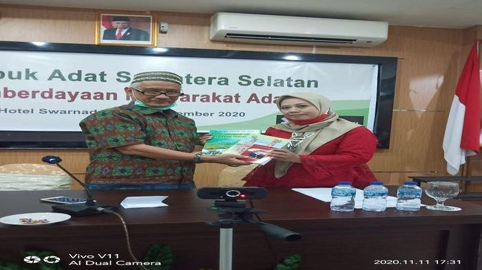 Pemberian Buku pada Pembukaan Rembuk Adat Pembina Adat Sumsel di Hotel Swarna Dwipa, Rabu (11/11)