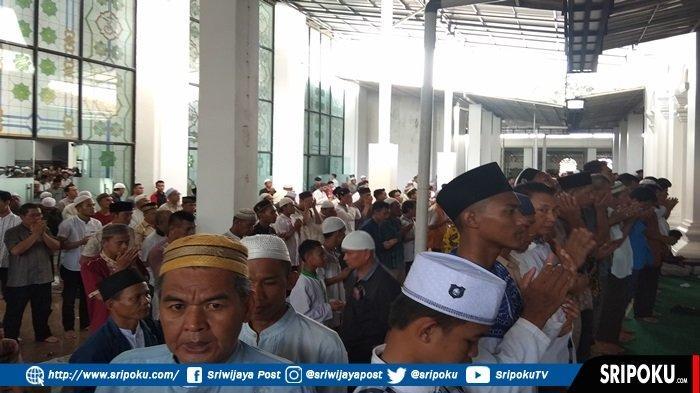 Ribuan Jemaah Masjid Agung Palembang Lakukan Sholat Gaib dan Panjatkan Doa untuk Ustadz Arifin Ilham