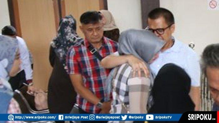 Tangis Robi Pecah saat Peluk Istrinya, Usai Dituntut Jaksa KPK dengan Hukuman Pidana 3 Tahun Penjara