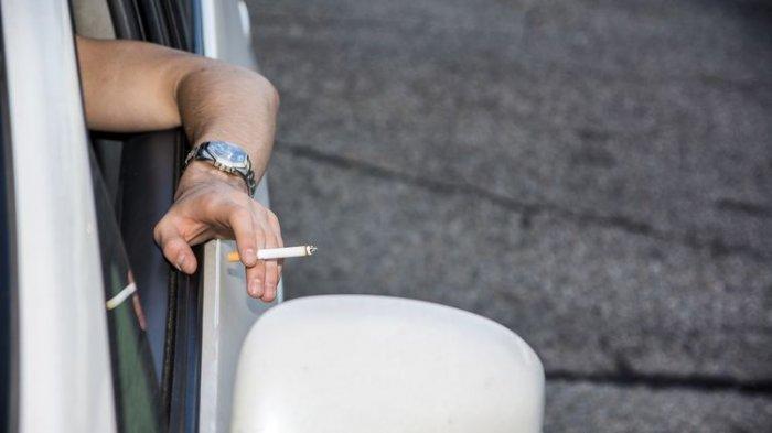Warning, Merokok Sambil Mengemudi Inilah Sederetan Bahaya Bakal Mengancam