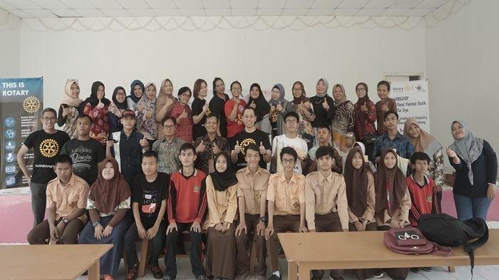 Rotary Club Palembang Gelar Pelatihan Membuat Motif Jumputan untuk Siswa YPAC Nirlaba Palembang