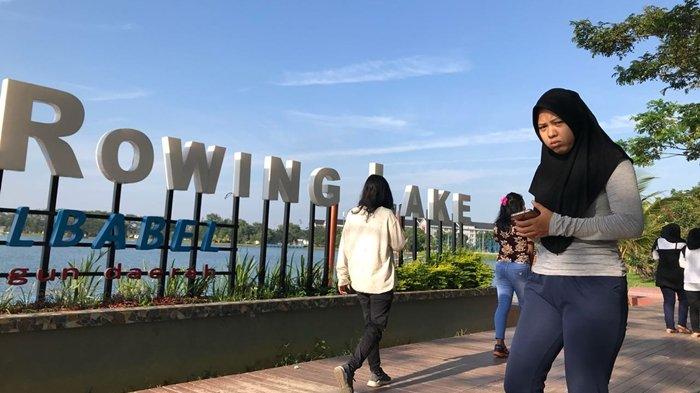 Pengunjung saat berolahraga ringan di kawasan Rowing Lake di kawasan JSC Palembang.