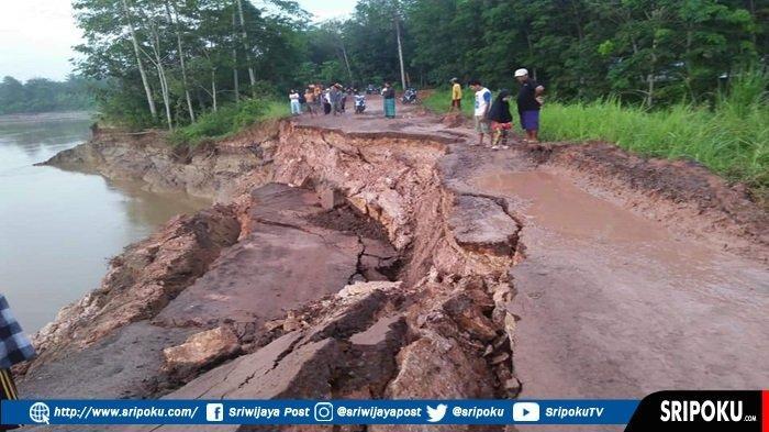 BREAKING NEWS: Jalan Penghubung Antarkecamatan di Ogan Ilir Menuju OKU Ambles