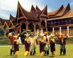 Ada kemiripan bangunan rumah Rumah Gadang di Negeri Sembilan dan yang ada di Minangkabau sebagai indikasi ada hubungan sejarah