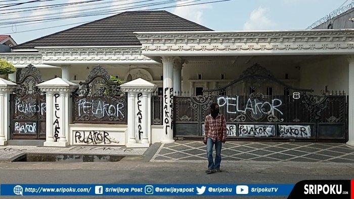 RUMAH Mewah di Palembang Ini Mendadak Viral, Bertebaran Tulisan Kata-kata Pelakor, Ini Penampakannya