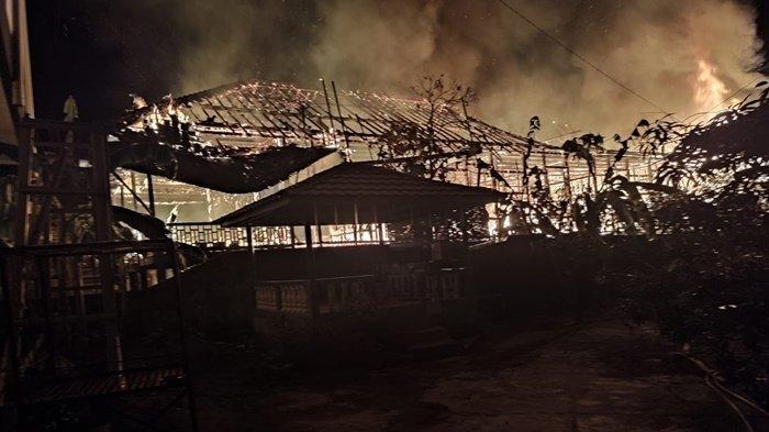 Tengah Malam Mencekam, Warga Berhamburan keluar, Api Berkobar Hanguskan Rumah Panggung di Plaju