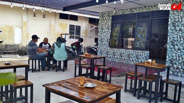 Rumah Susu Mimimoo, salah satu tempat makan di Palembang yang sedang viral. Suasana outdoor yang nyaman dan jauh dari lalu lalang kendaraan membuat siapapun yang nongkrong akan betah berlama-lama disini.