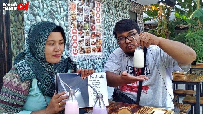 Presenter Lemak Nian Oi, Ira dan Sadam, saat mencoba beberapa varian dari Fresh Milk atau Susu Segar di Rumah Susu Mimimoo. Susu Segar yang dijual bahkan diolah langsung dan didatangkan dari peternakan sapi milik owner dari Rumah Susu Mimimoo, Kang Edi, yang berada di Bandung.