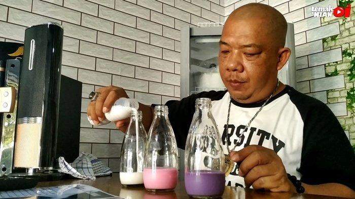 Kang Edi, owner dari Rumah Susu Mimimoo, saat meracik Fresh Milk dengan rasa Vanilla, Taro dan Strawberry. Kang Edi menjamin langsung jika semua Fresh Milk yang dijual diolah dengan baik dan tentunya aman dan baik untuk dikonsumsi.