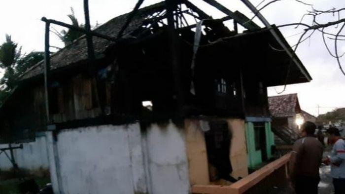 Rumah Hoiri Ludes Terbakar di Desa Tapus Kecamatan Lembak Kabupaten Muaraenim