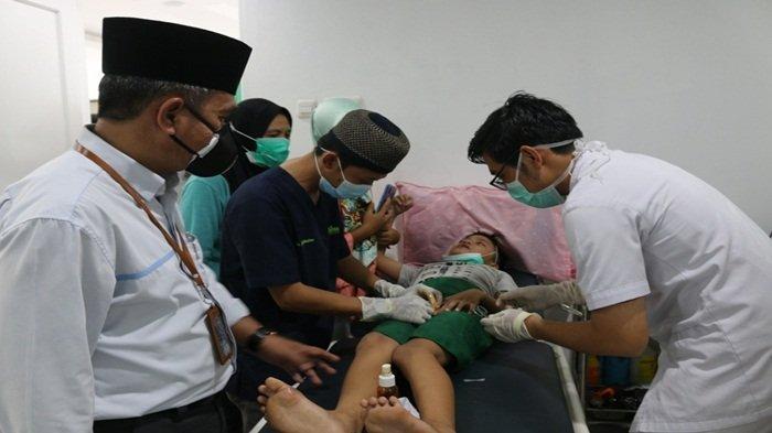 Salah satu anak di sunat ikut dalam rangkaian peresmian klinik Cahaya Pratama YBM PLN S2JB