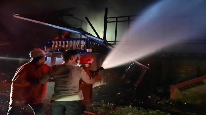 Polsek Gunung Megang Bantu Menghentikan Kobaran Api di Rumah Panggung, Diduga Konsleting Listrik