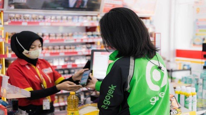 Salah satu Mitra Driver Gojek mendapat kucuran dana bantuan uang belanjo sembako langsung bisa dibelanjakan dan bawa barang pulang ke rumah.