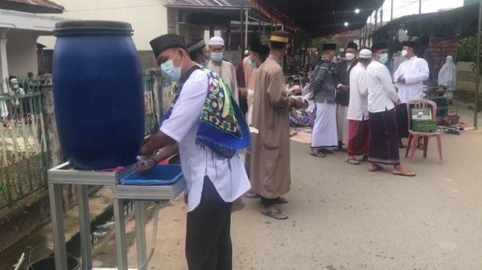Tetap dengan Prokes, Warga Palembang Laksanakan Salat Idul Adha