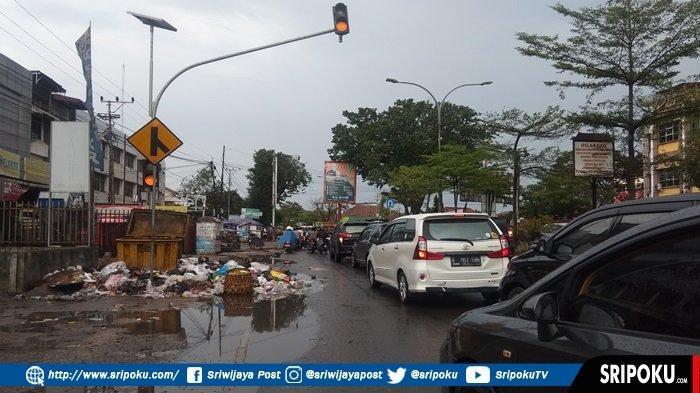 Sampah Dibiarkan Berserakan hingga ke Trotoar di Kawasan Jalan KH Wahid Hasyim Palembang