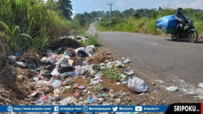 Sengaja Dibuang Pengguna Jalan, Jalur Alternatif Pagaralam-Lahat Jadi Lokasi Buang Sampah