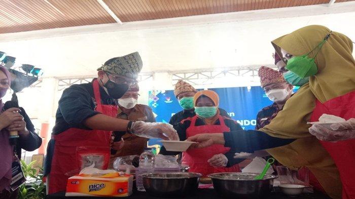Begini Aksi Menparekraf Sandiaga Uno Membuat Pempek Khas Palembang, Sensasinya Agak-agak Lembut