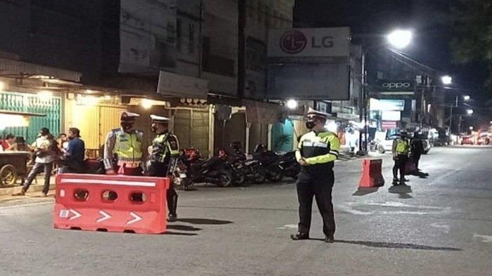 Satlantas Polres Muara Enim, TNI, dan Satpol PP Pemkab Muara Enim lakukan penjagaan dan pengalihan jalan pada giat mobilisasi pada malam hari