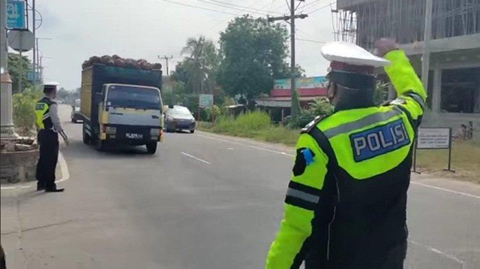 Kepala Gatal Rambut Acak-acakan, Alasan Pengendara di Jalan Raya Muratara Ini Enggan Pakai Helm