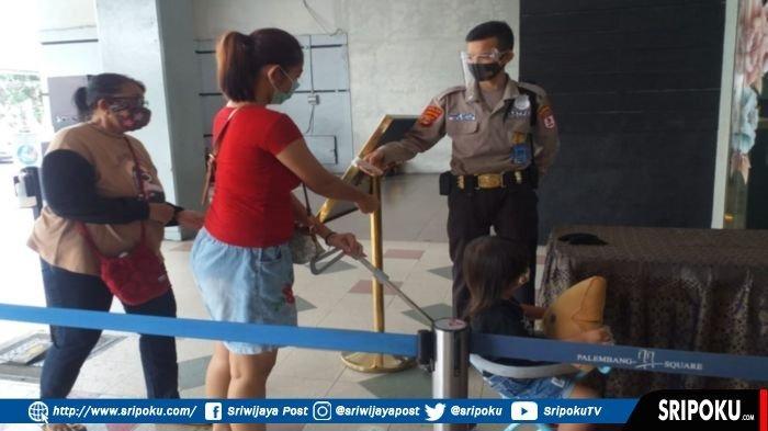 Satpam di salah satu mal di Kota Palembang yang sudah menggunakan seragam dinas mirip dengan seragam Polri, Selasa (23/2/2021).