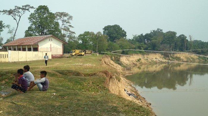 'Lama-lama Habis Gedung Ini,' Bangunan SD di Muratara Makin Dekat ke Sungai: Ambles Karena Erosi