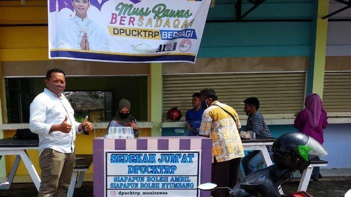 Dinas PU Cipta Karya Kabupaten Mursirawas Kembali Bersedekah Makanan untuk Jemaah Sholat Jumat