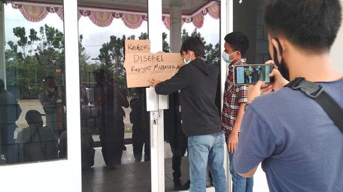 BPK Sumsel di Muratara 'Disambut' Belasan Pendemo & Segel Kantor Bupati, PNS Keluar Kantor