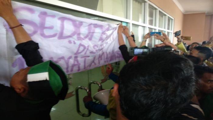 Demo Mahasiswa di Lubuklinggau Ricuh, Kesal tak Ditemui Anggota Dewan, Mahasiswa Segel Gedung DPRD