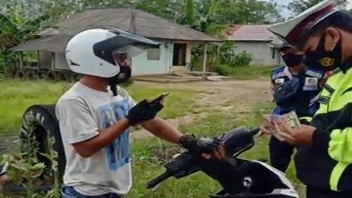 Pengendara Motor Lolos dari  Penyekatan Mudik Perbatasan OKI-Lampung tanpa Dokumen, Ajak Video Call