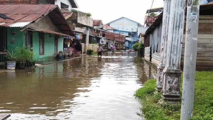 Banjir Landa Pemukiman, Sejumlah Pelajar di Sekip Bendung Palembang Terpaksa Absen Sekolah