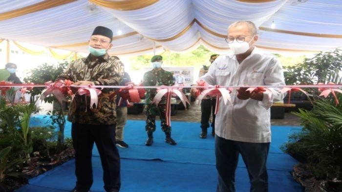 Direktur Utama PT Bukit Asam Tbk Arviyan Arifin dan Bupati Muara Enim H. Juarsah SH melakukan pemotongan pita peresmian penggunaan Asam International School, Kamis (14/1/2021).