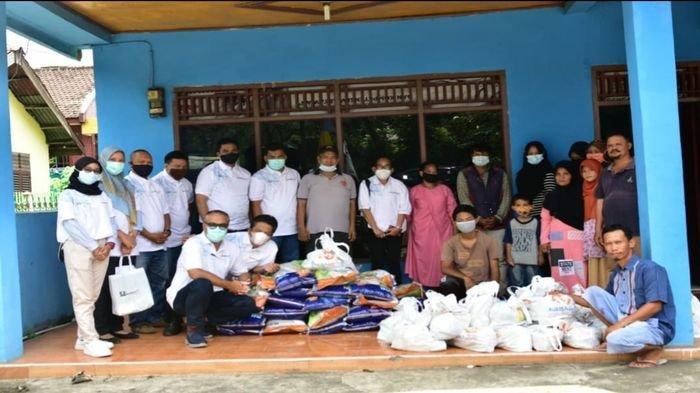 Kerjasama dengan PT Bukit Asam, PWI Muaraenim bagikan 40 paket sembako gratis