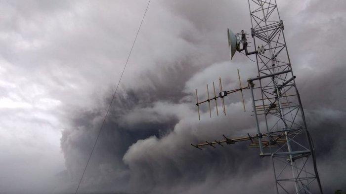 Gunung Semeru Meletus, Semburkan Awan Panas Sejauh 5 Kilometer Lebih