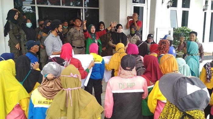 Emak-emak demo di kantor bupati Muratara terkait seragam yang tak kunjung mereka terima.