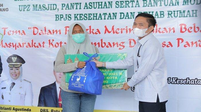Sekda Palembang Ratu Dewa Serahkan 2.105 Paket Hari Raya Idul Fitri untuk Masyarakat Fakir Miskin