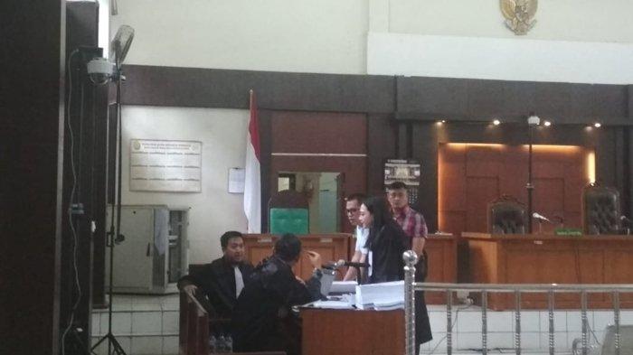 BREAKING NEWS: Tunggu Sidang, Robi Terdakwa Penyuap Bupati Muaraenim Non Aktif Hampiri Jaksa KPK