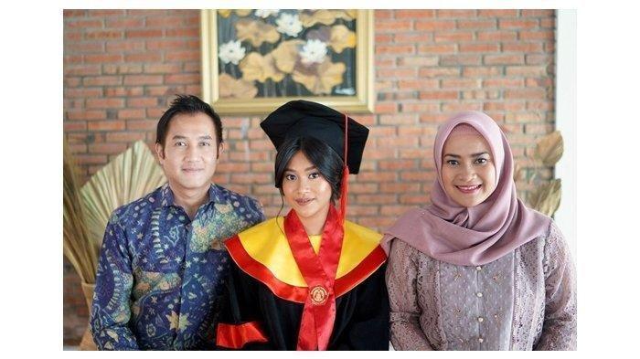DEMI Anak, Ikke Nurjanah dan Aldi Kembali Berkumpul, Siti Adira Lulus Cumlaude Fakultas Hukum UI