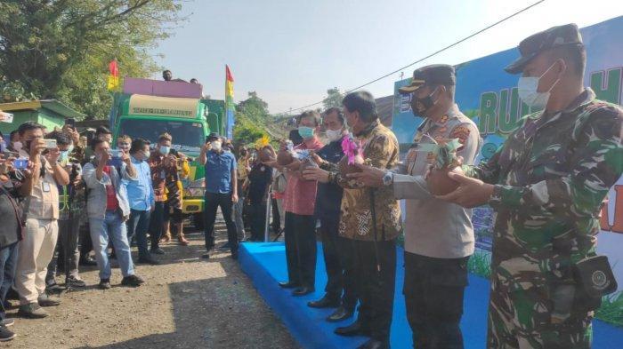 Jelang Hari Raya Idul Fitri, PTBA Serahkan Rumah Baru Bagi 188 KK yang Terkena Relokasi